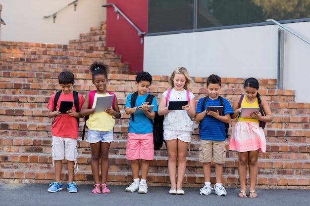 Полная длина студентов с использованием цифровых планшетов