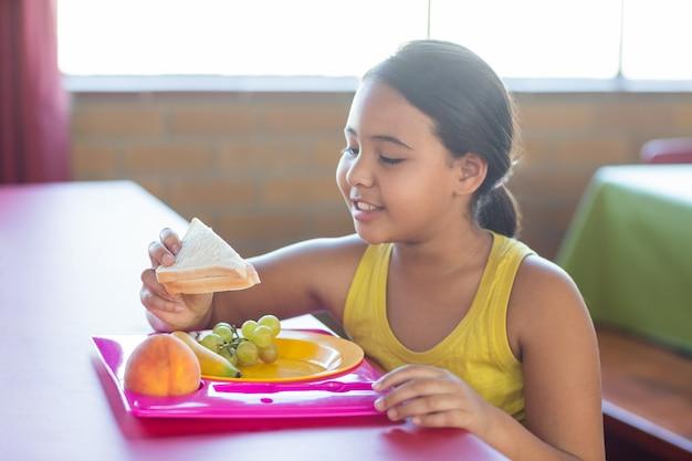 Школьница еды