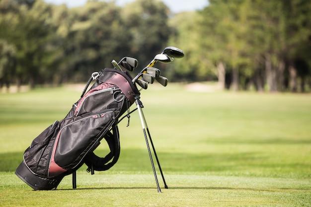 ゴルフクラブで満たされたゴルフバッグ