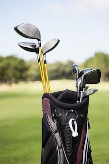ゴルフバッグの前景に焦点を当てる