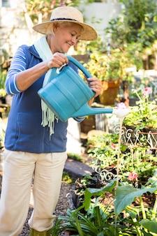 Счастливый садовник, распыления воды на растения в саду