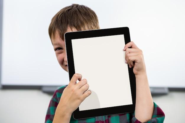 教室でデジタルタブレットを持つ男の子