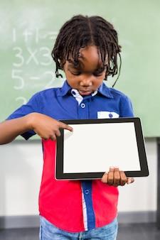教室でデジタルタブレットを使用して少年