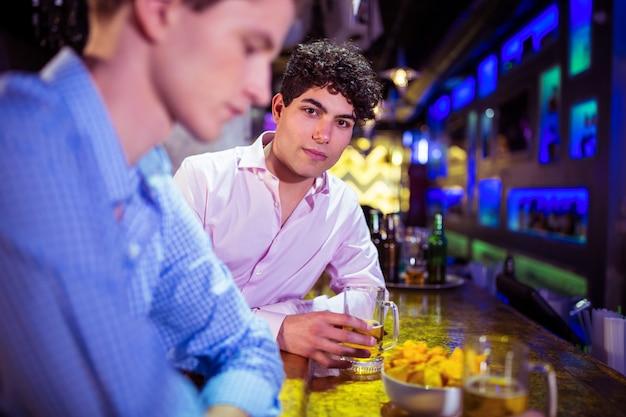 Портрет мужчины с подругой, наслаждаясь напитком