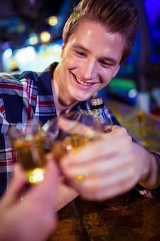 幸せな男と乾杯する友人の画像をトリミング