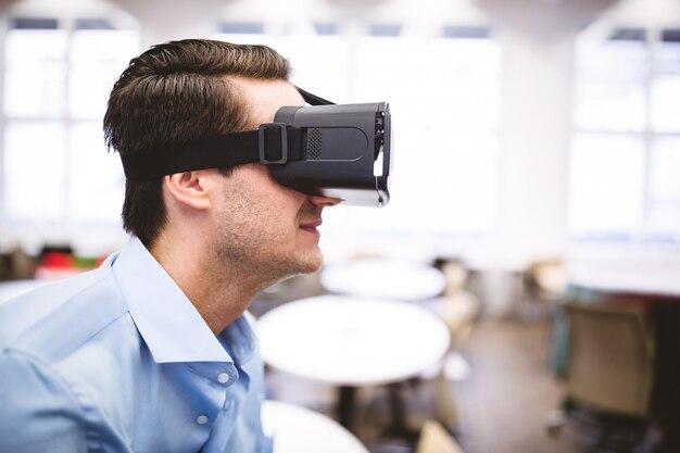 Взгляд со стороны руководителя наслаждаясь шлемофоном виртуальной реальности на офисе