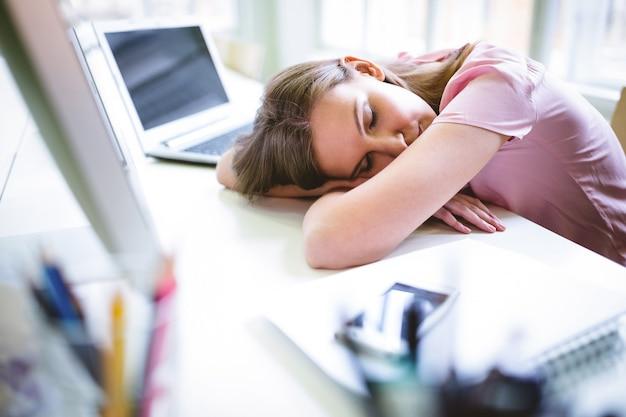 Усталый графический дизайнер спит за столом