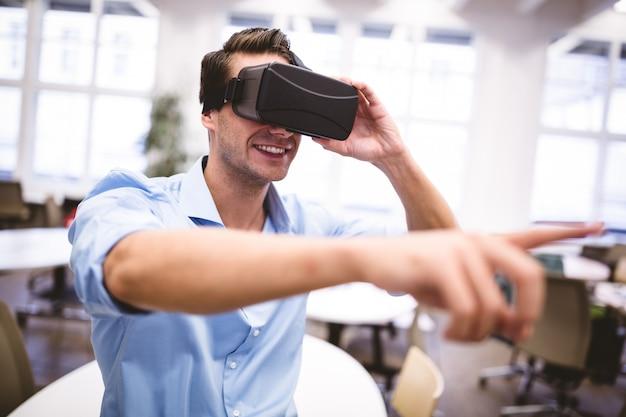 Мужской графический дизайнер жесты при использовании гарнитуры виртуальной реальности