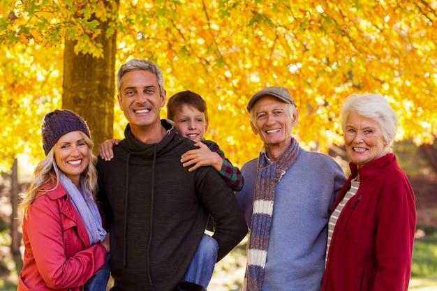 Счастливая многопоколенная семья в парке