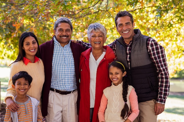 Портрет семьи из нескольких поколений, стоящей в парке