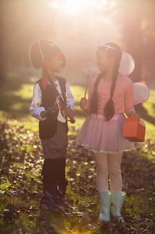 公園で衣装を着て幸せな兄弟