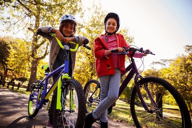 公園で自転車で低角度の肖像画の兄弟