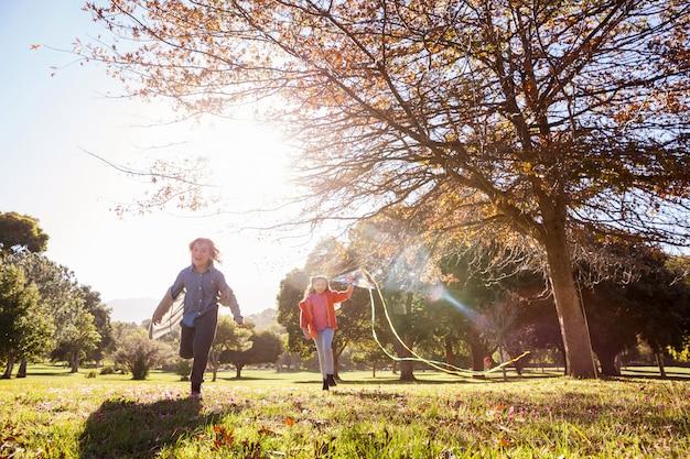 Игривые дети бегают в парке