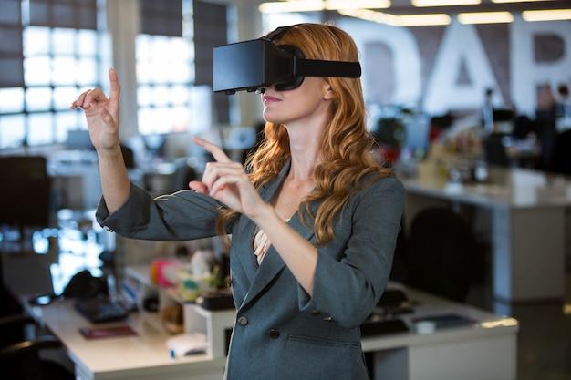 Предприниматель, используя симулятор виртуальной реальности