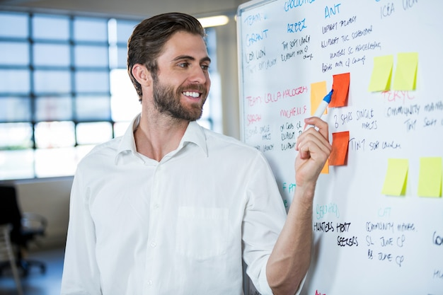 Бизнесмен, улыбаясь, указывая на заметку