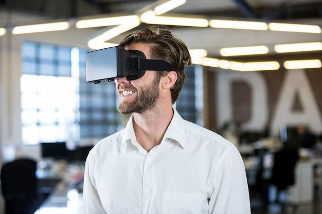 Бизнесмен с помощью симулятора виртуальной реальности