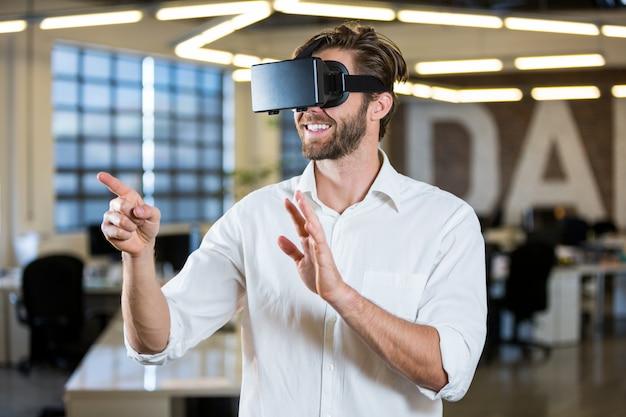 Бизнесмен жесты во время использования симулятора виртуальной реальности