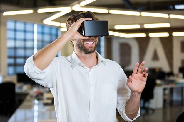 Бизнесмен носить симулятор виртуальной реальности
