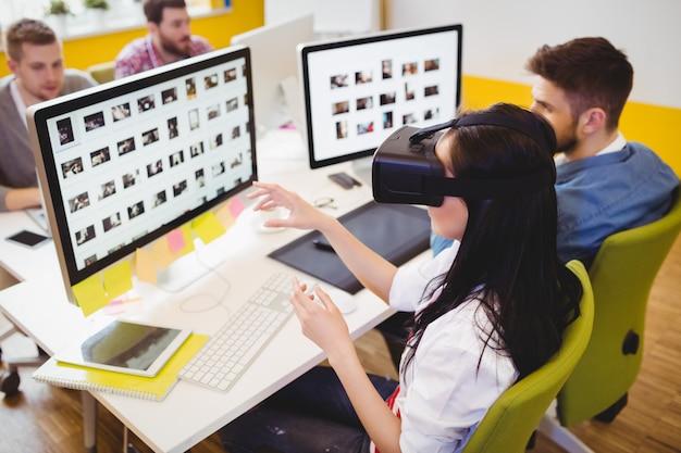 Высокий угол обзора руководителя с помощью гарнитуры дополненной реальности в креативном офисе
