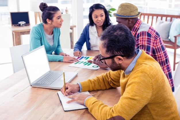 Деловые люди, работающие сидя в креативном офисе