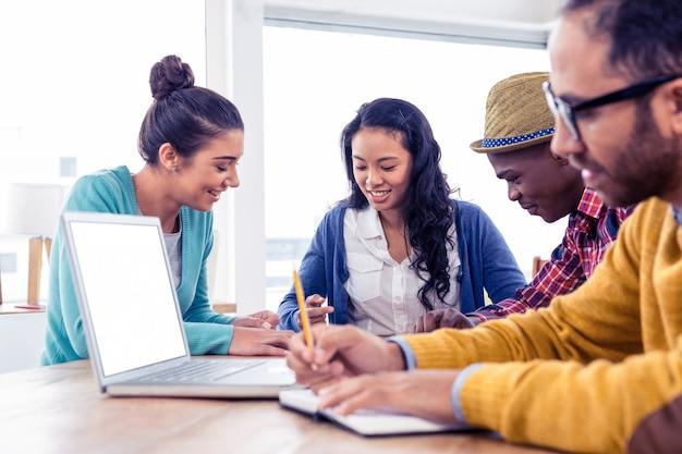Деловые люди обсуждают сидя в креативном офисе