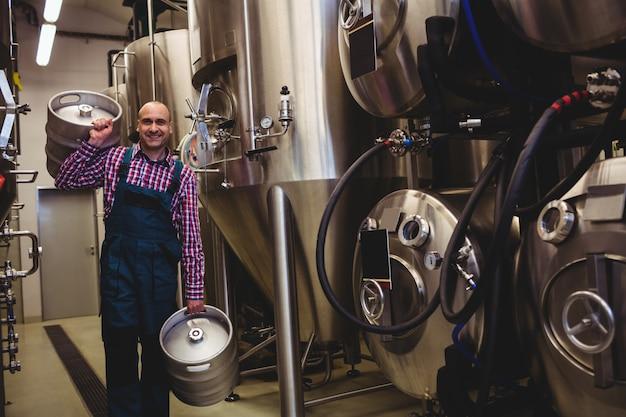 樽を運ぶ醸造所労働者