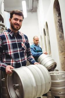 醸造所で樽を運ぶ自信のある所有者