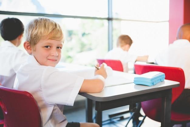 教室で宿題をしている小学生