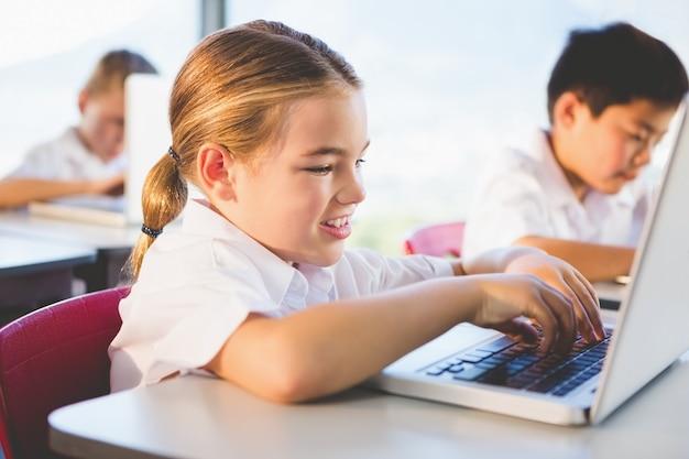 教室でラップトップを使用して子供たち