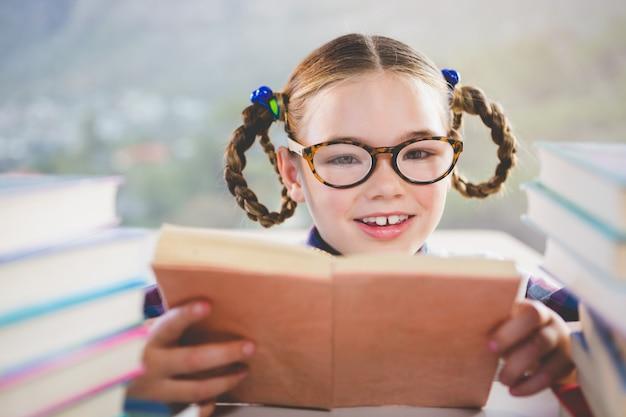 教室で本を読む小学生