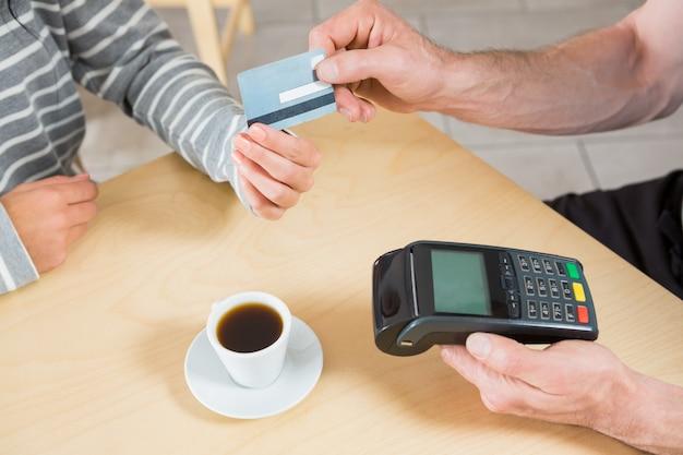 クレジットカードでお支払いの女性