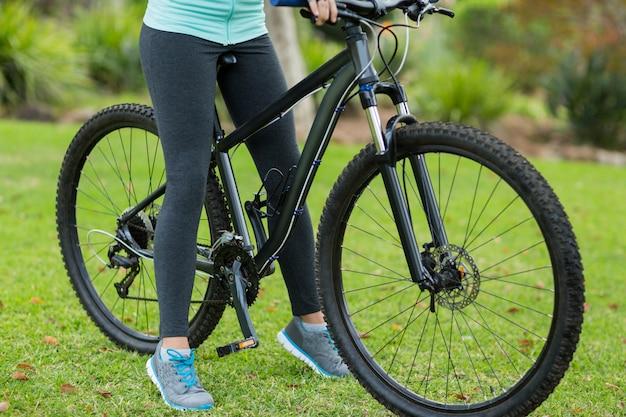 Низкая часть женского велосипедиста