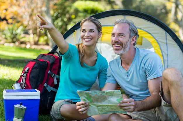 Пара туристов, указывая на расстоянии
