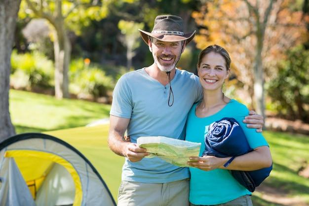 Портрет пара туристов держит карту