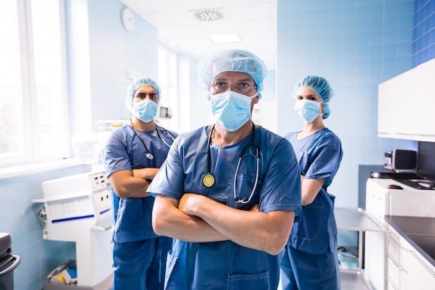 Портрет хирурга и медсестер, стоя в больнице