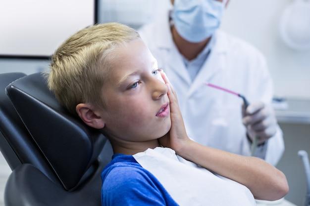歯痛を持つ不幸な若い患者