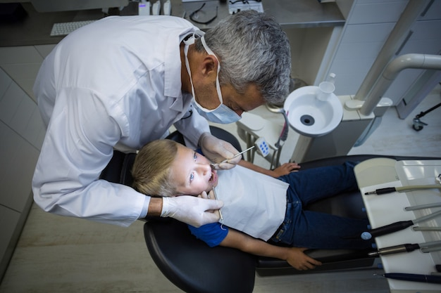 歯科医がツールで若い患者を調べる