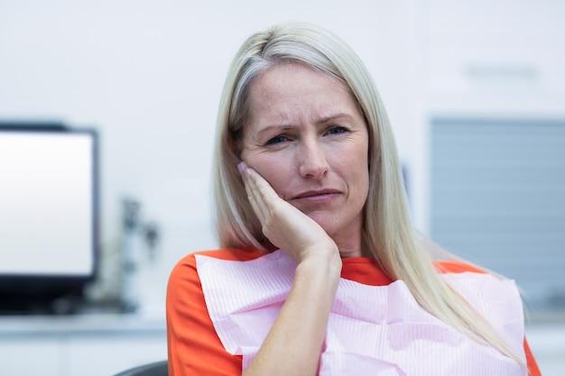 歯痛を持つ不幸な女性