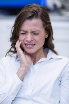 歯痛に苦しんでいる女性