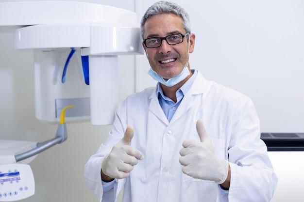 Зубной врач показывает палец вверх