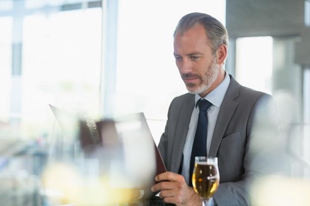 Бизнесмен смотрит на меню
