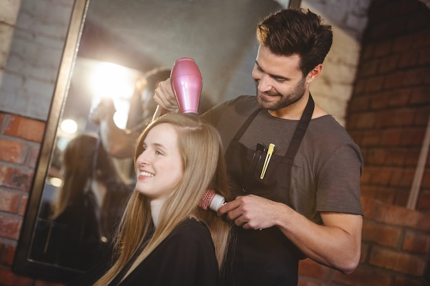 髪を乾かしてきれいな女性