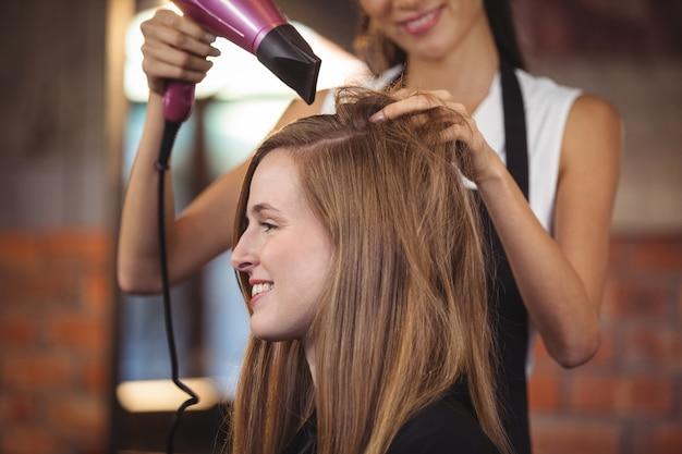 美容師がお客様の髪をスタイリング