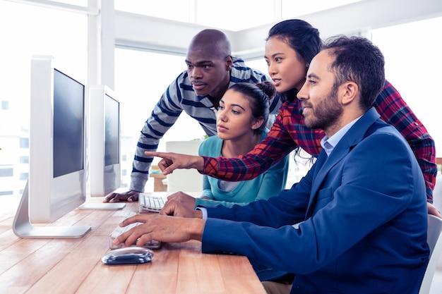 Молодые деловые люди обсуждают на встрече в креативном офисе