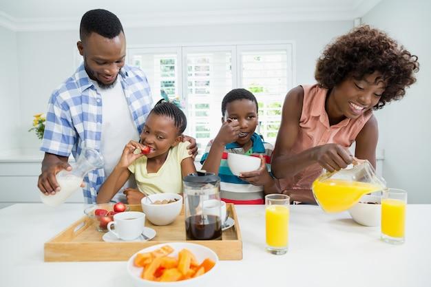 子供と両親が自宅のテーブルで朝食