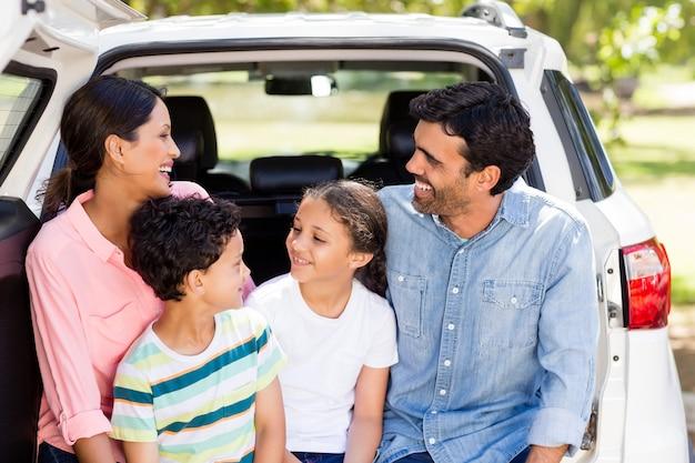 車に座って楽しんで幸せな家族