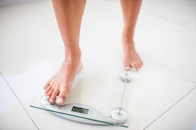 梨花の足が自宅で体重計に行きます