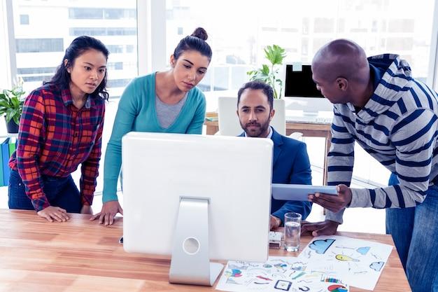 Взгляд высокого угла бизнесменов на столе в творческом офисе