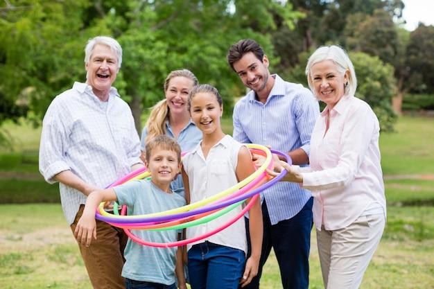 Семья нескольких поколений играет с обручем