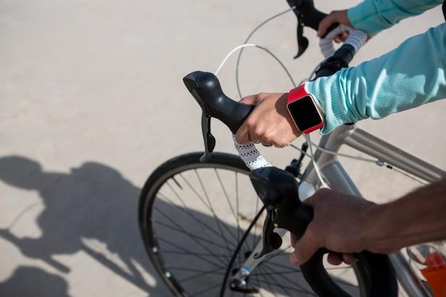Крупный план умных часов ручной работы пар во время езды на велосипеде